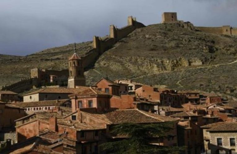 Four routes through uninhabited Aragon between walls, vineyards and castles