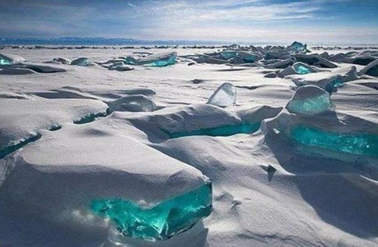 """The amazing phenomenon of the """"Blue Eye of Siberia"""" that can be seen in spring"""