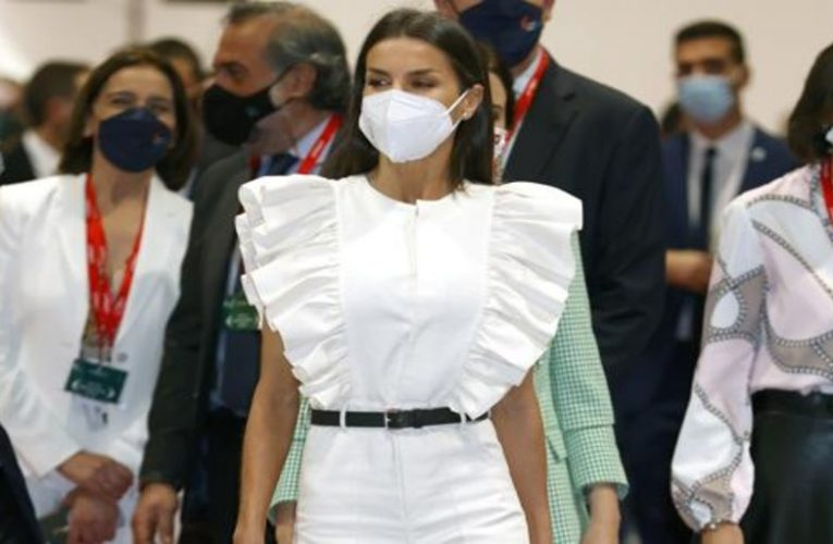 Queen Letizia surprises with a white ruffled jumpsuit at the inauguration of Fitur