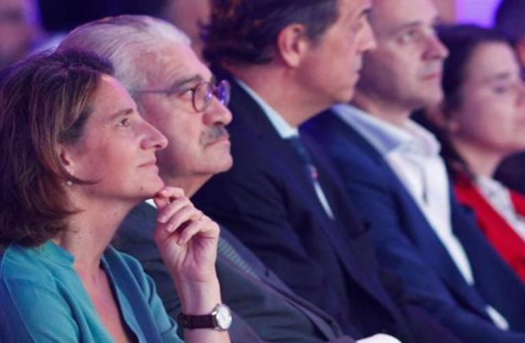 The electricity companies accuse Teresa Ribera of 'intervening' the electricity market